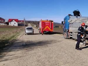 Camion cu materiale de construcții, lovit de un tren de călători