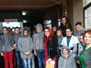 """Darurile adunate în cadrul campaniei """"Coșul cu zâmbete"""" au ajuns la elevii Școlii profesionale speciale Câmpulung Moldovenesc"""