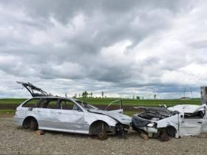 Roțile maşinilor tamponate folosite ca decor la primul metru de autostradă din Moldova, furate de hoţi