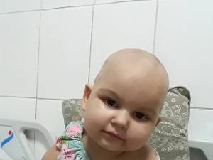 O fetiţă de doar 3 anişori, din Fălticeni, are nevoie de ajutor pentru a continua tratamentul pentru leucemie