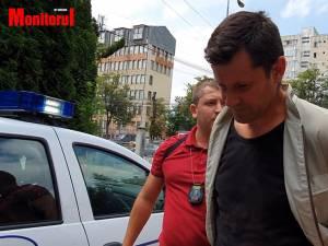 Bărbatul care a aruncat cu pietre în mocăniţa de la Moldoviţa şi a tăiat cauciucurile mai multor maşini a fost reţinut