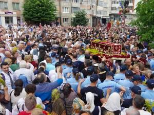 O mare de oameni s-a închinat, ieri, la moaştele Sfântului Ioan cel Nou de la Suceava