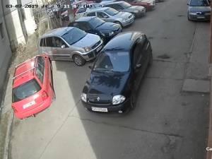 Maşina cu care au acţionat hoţii, un Renault Clio de culoare neagră, cu numere provizorii de BT