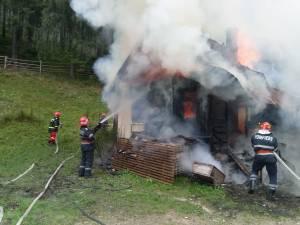 Incendiu puternic la o casă aflată în pădure, cu pericol de extindere la fondul forestier