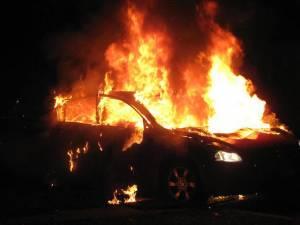 Autoturism în flăcări – Fotografie generică