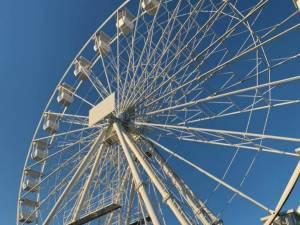 O roată panoramică de 36 de metri înălțime va fi înălțată în parcarea de lângă Cetatea de Scaun