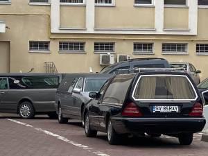 Coadă de mașini funerare la morga spitalului din Suceava