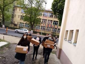 Voluntarii Asociației Tinerilor Ortodocși au împărțit 400 de pizza unor familii nevoiașe