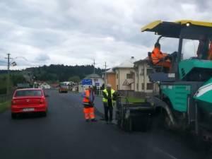 Covor asfaltic pe DN 17, după Dorna, și reparații pe DN 2H Rădăuți-Putna