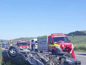 Patru adulți și doi copii, la spital după un impact între două mașini, la Ilișești