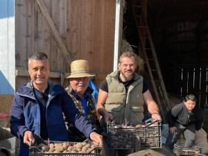 Ambasadorul Israelului a arat cu calul și a pus cartofi pe o tarla din Botoșana
