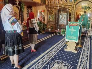"""""""În ie la Liturghie"""" – provocare lansată enoriașilor unei biserici din Bucovina"""
