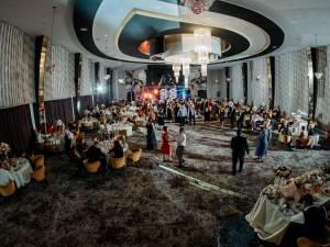 Noi relaxări de la 1 august, inclusiv nunți cu 400 de invitați testați, vaccinați sau trecuți prin COVID