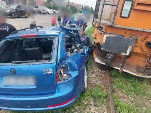 Două persoane au scăpat nevătămate după ce mașina cu care circulau a fost lovită de trenul Suceava - Putna