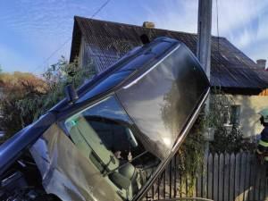 A ratat un viraj și a ajuns cu mașina suspendată pe un gard