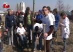 """Copii cu dizabilităţi din Suceava şi Spătăreşti au plantat ieri 12 copaci în curtea Centrului de Recuperare """"Blijdorp"""""""