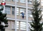 A ameninţat că se aruncă în gol de la etajul V al Spitalului Judeţean, reclamând că a fost bătut de poliţie