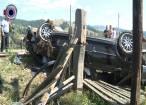 Trei tineri au scăpat ca prin minune, după ce BMW-ul în care se aflau s-a răsturnat de mai multe ori