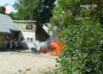O maşină care a luat foc din zona bordului a ars ca o torţă