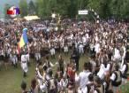 """Mii de oameni au înfruntat ploaia pentru cântecul, jocul şi voia bună de la""""Hora Bucovinei"""""""