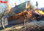 Gospodărie distrusă de flăcările pornite de la un vecin, care începuse curăţenia de primăvară